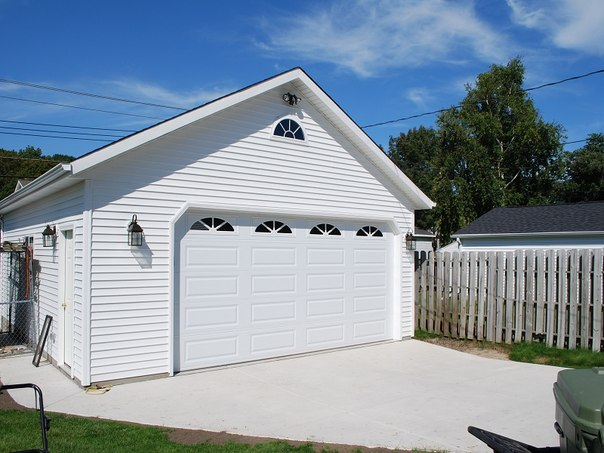 каркасный гараж белый сайдинг