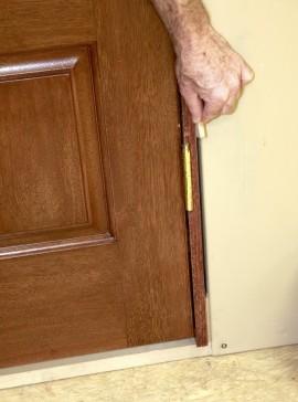 выравниванием дверь в проеме каркасного дома