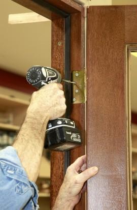 как ровно выставить дверь в проем