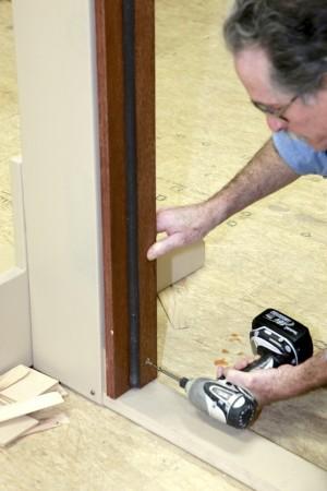 как установить дверь в каркасного доме