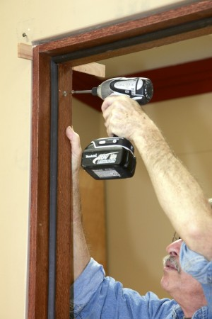 как установить межкомнатную дверь в каркасном доме фото