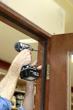 как установить межкомнатную дверь в каркасном доме