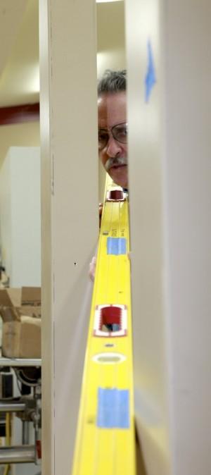 установка дверной коробки в каркасный дом 4