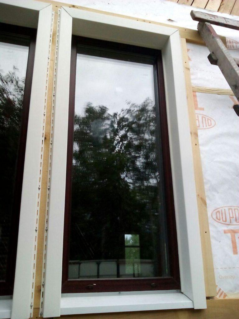 vertikalnyj-sajding-foto-montazh-priokonnoj-planki